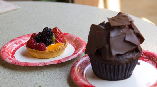 Cupcake and fruit tart at Starring Rolls Cafe