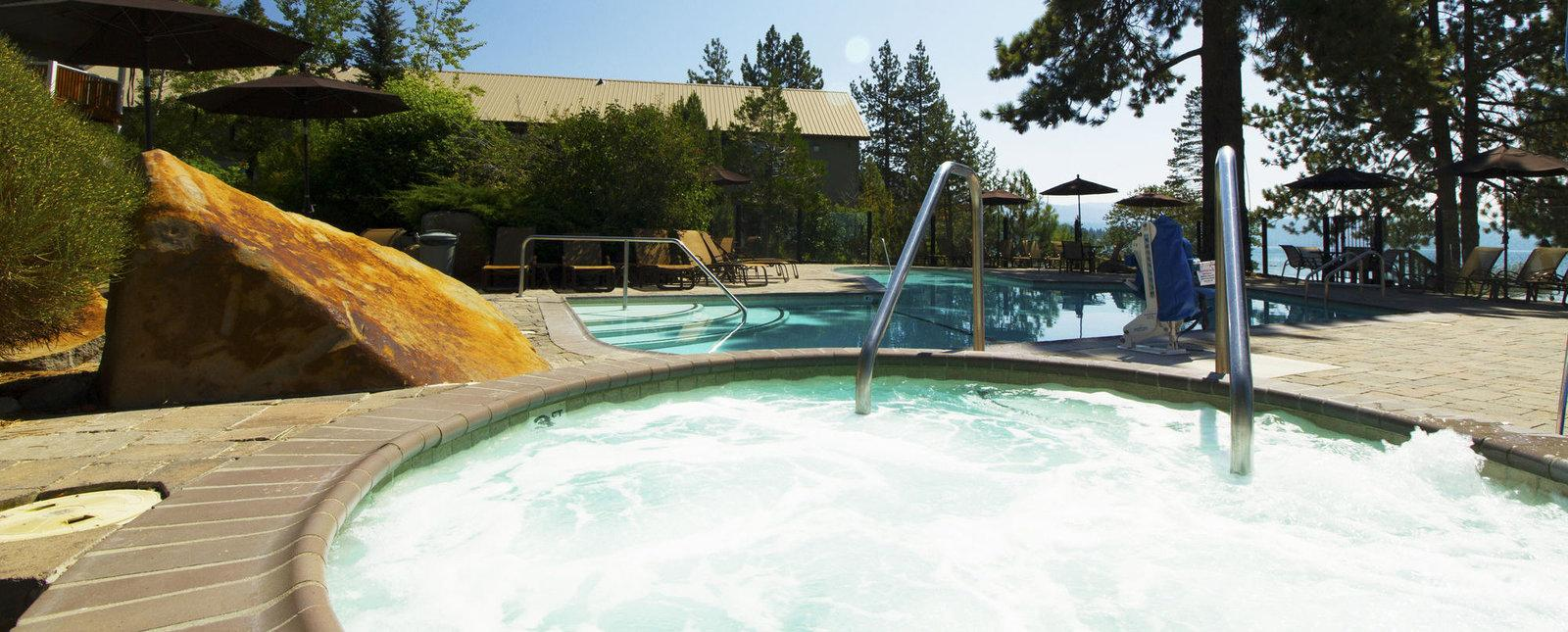 Red Wolf Lakeside Lodge Pool & Hot Tub